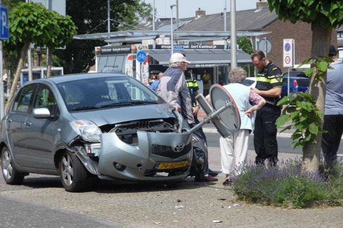 Bestuurder verliest controle over stuur en eindigt tegen paal