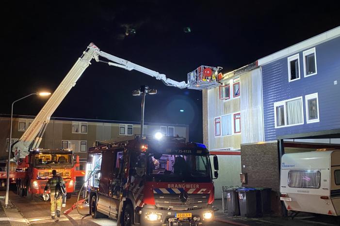 Brand op dak van woning, inslag vermoedelijke oorzaak