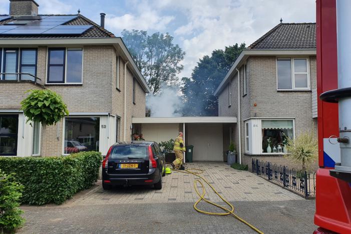 Veel rook bij brand achter garage