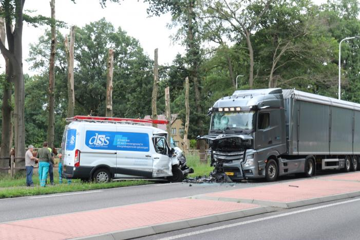 Bus botst frontaal op vrachtwagen