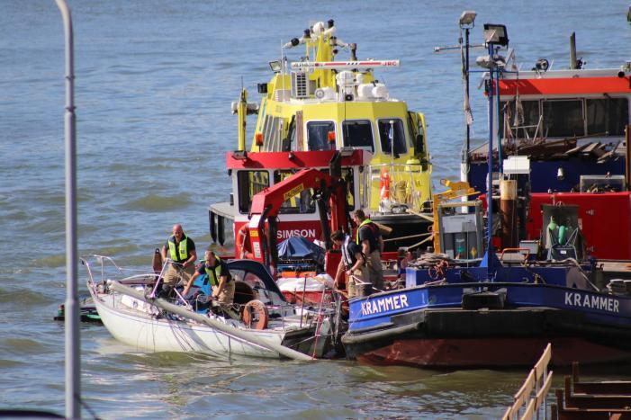 Zeilbootje breekt mast af onder Algerabrug