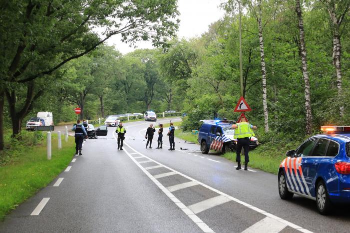 Auto van Koninklijke Marechaussee in botsing met andere auto