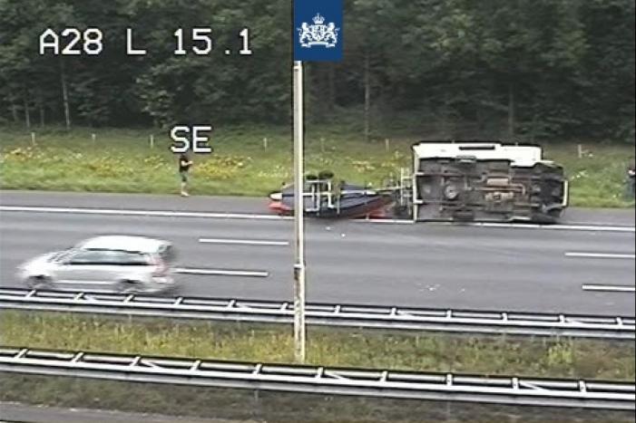 Belgische camper met boot op aanhanger gekanteld op snelweg
