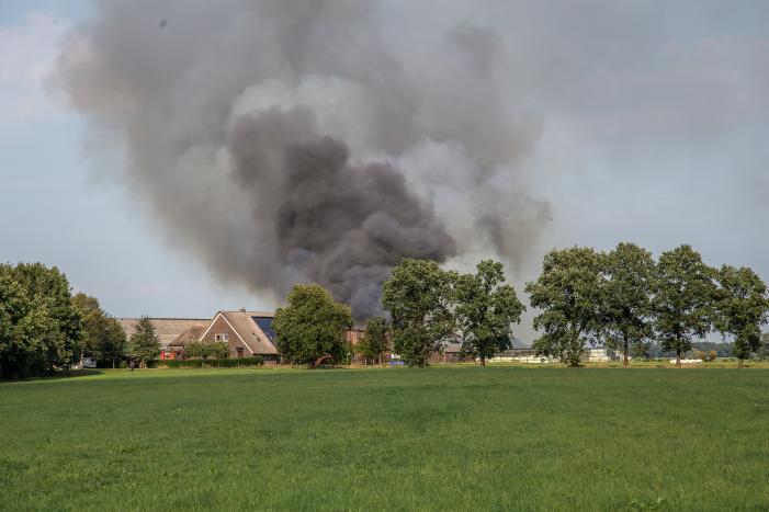 Woonboerderij met rieten kap in brand