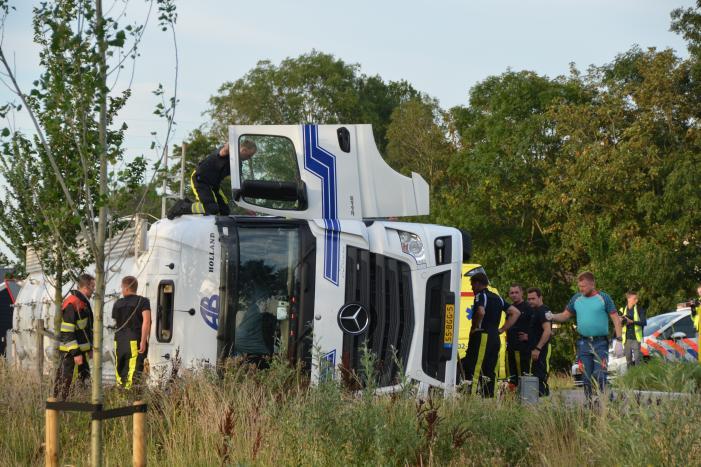 Vrachtwagen belandt op zijn kant