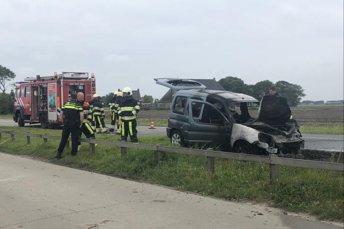 Auto vliegt in brand onder het rijden, auto total-loss