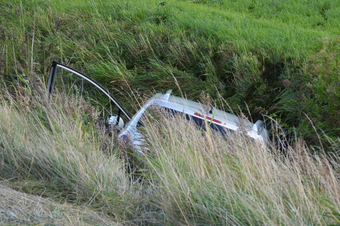 Automobilist raakt met auto van de weg en belandt in sloot