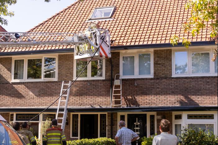Verfbrander zet dak in brand