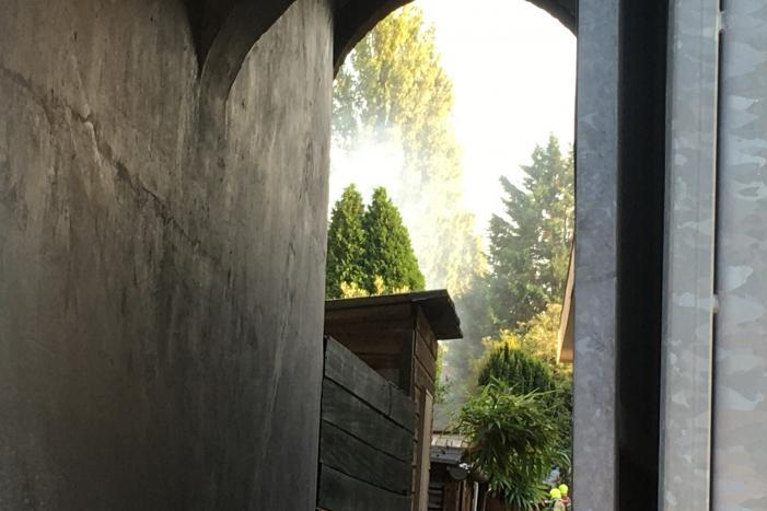 Boom achter woonblok vliegt in brand