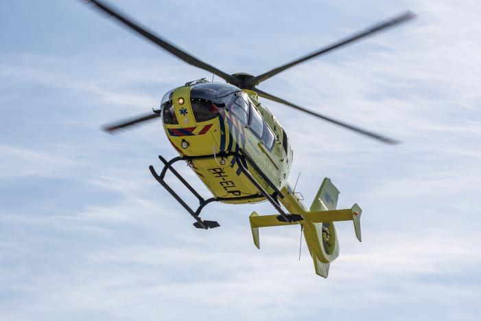 Traumahelikopter ingezet na botsing tussen fietser en scooterrijder