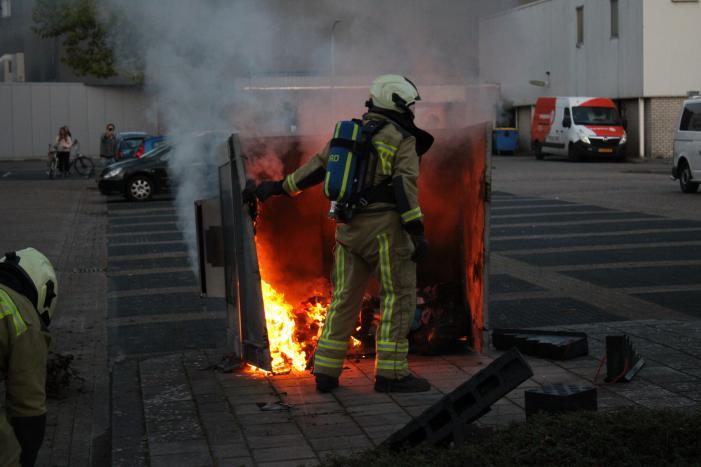 Brandweer blust brandende container