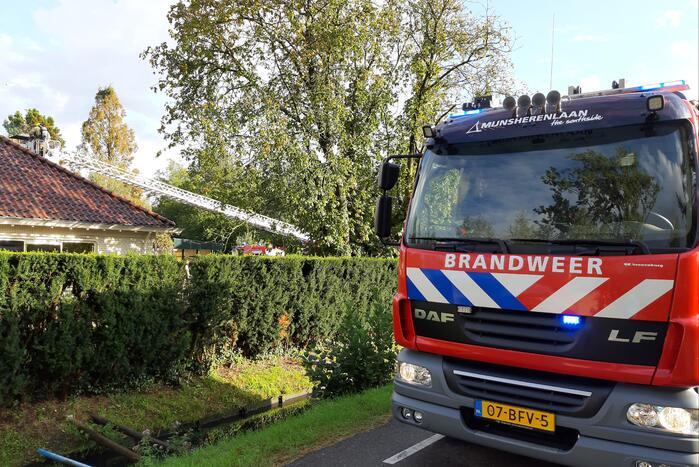 Brandweer bestrijdt brand in schoorsteen
