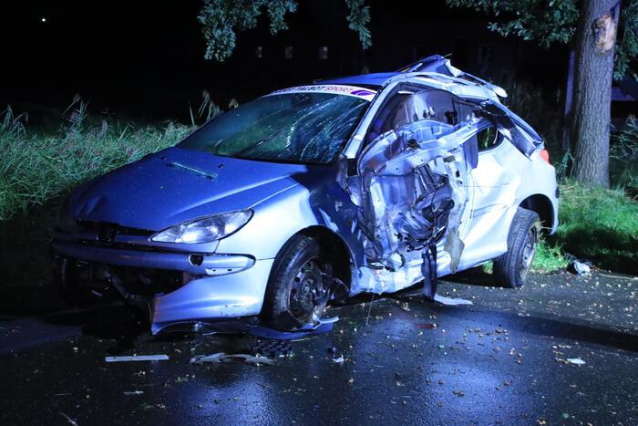 Auto slaat over de kop en raakt boom