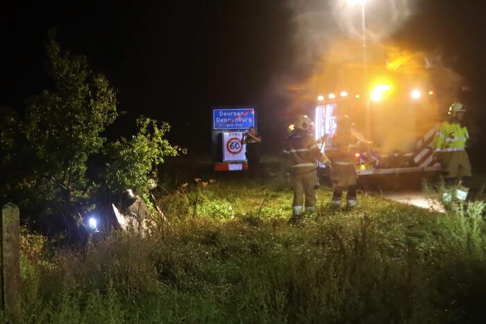 Auto op kop in sloot, bestuurder overleden