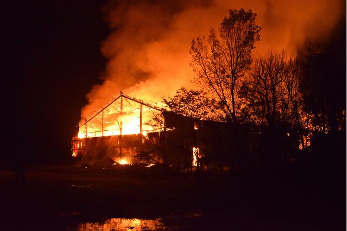 Grote uitslaande brand in loods