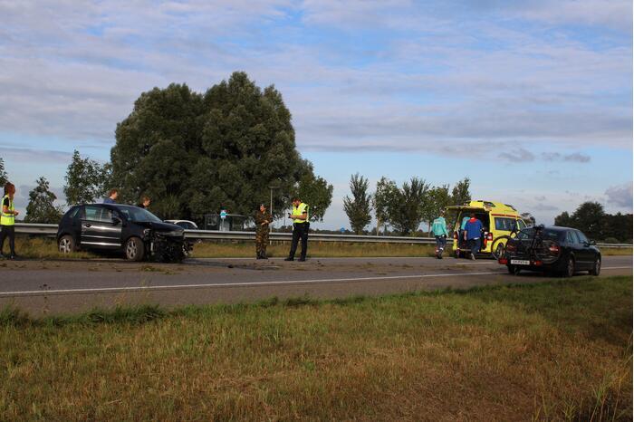Auto crasht tegen de vangrail op de N355