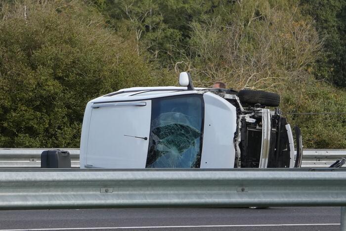 Auto slaat om na ongeval op snelweg