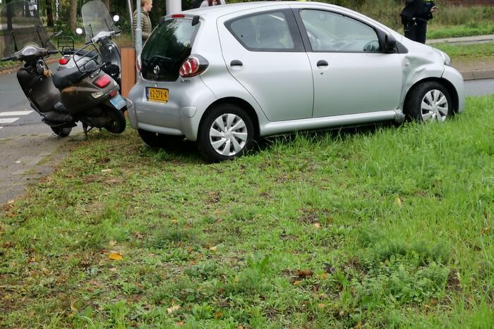 Scooterrijder gewond bij botsing met afslaande auto