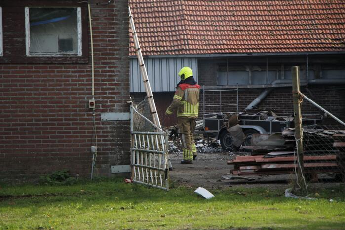 Brand tussen twee stallen geblust met emmers water