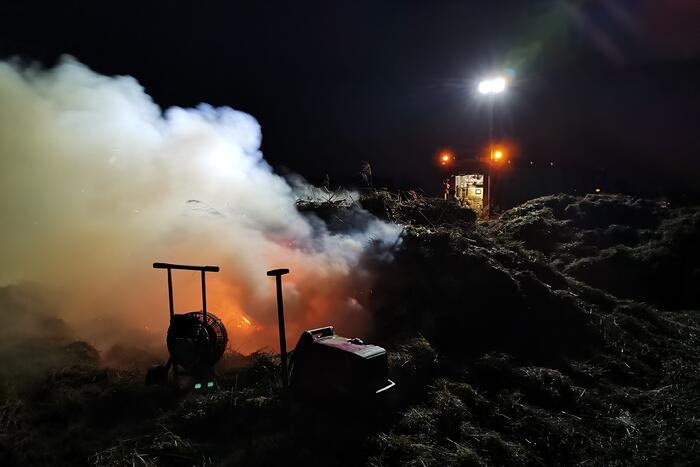 Brandweer laat brand oplaaien