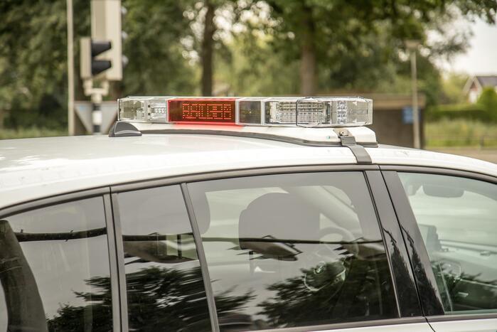 Automobilist rijdt tegen onopvallende politieauto