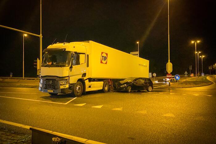 Auto total-loss na botsing op vrachtwagen