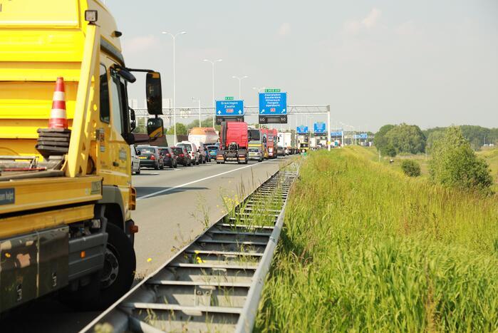 Vrachtwagen met lekke tank zorgt voor groot oliespoor