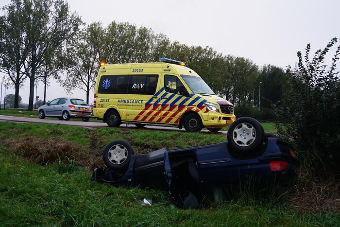 Auto belandt op zijn kop in een droge sloot