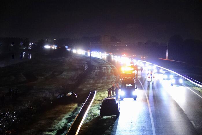 Personenauto raakt van de weg en belandt in greppel
