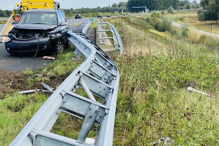 Auto belandt op toerit van snelweg in vangrail