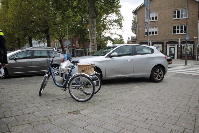 Auto en fietsster in botsing