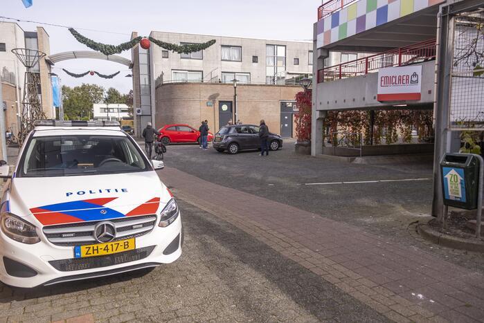 Twee auto's botsen voor parkeergarage Winkelcentrum Emiclaer