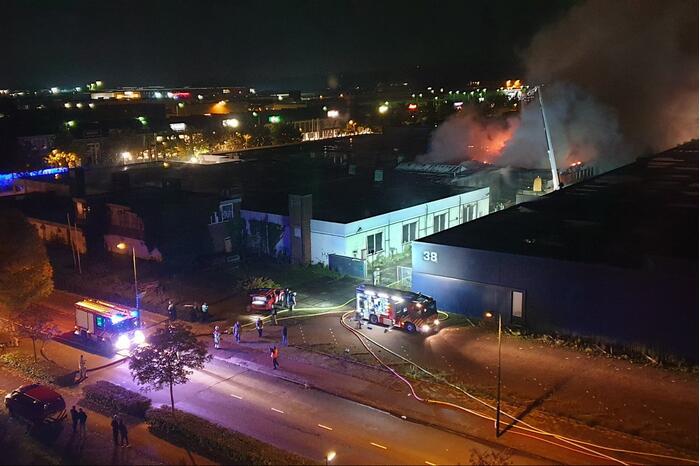 Grote uitslaande brand in opslagloods