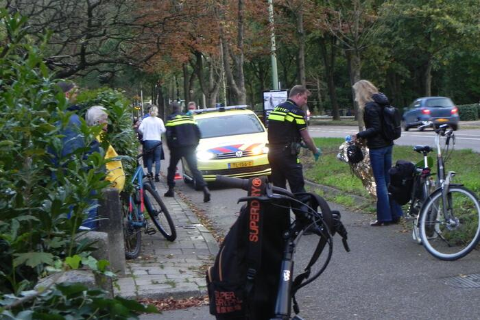 Twee fietsers botsen op fietspad