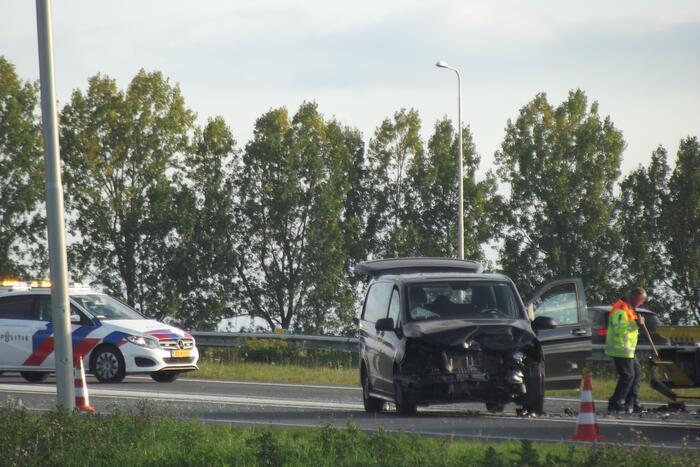 Bedrijfsbus en drie auto's betrokken bij ongeluk