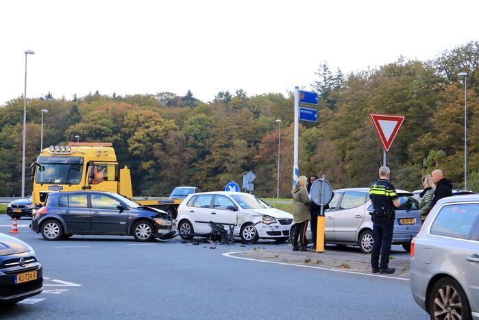Flinke schade tussen twee voertuigen op kruising