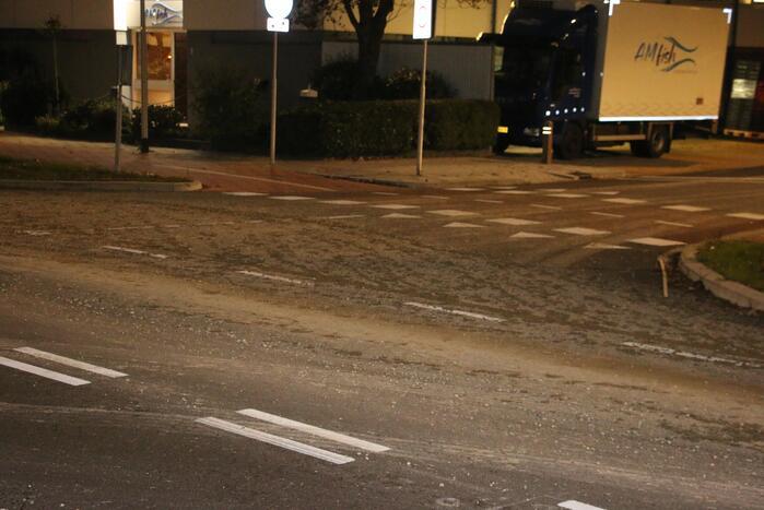Vrachtwagen verliest lading, weg bezaaid met beton en stenen