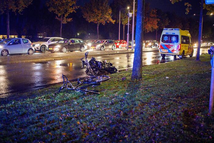 Twee gewonden bij aanrijding tussen motor en fiets