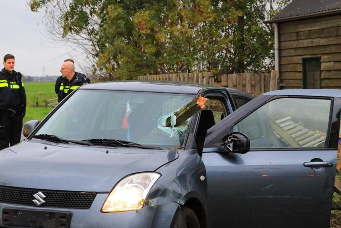 Stuk hout schiet door voorruit auto bij eenzijdig ongeval