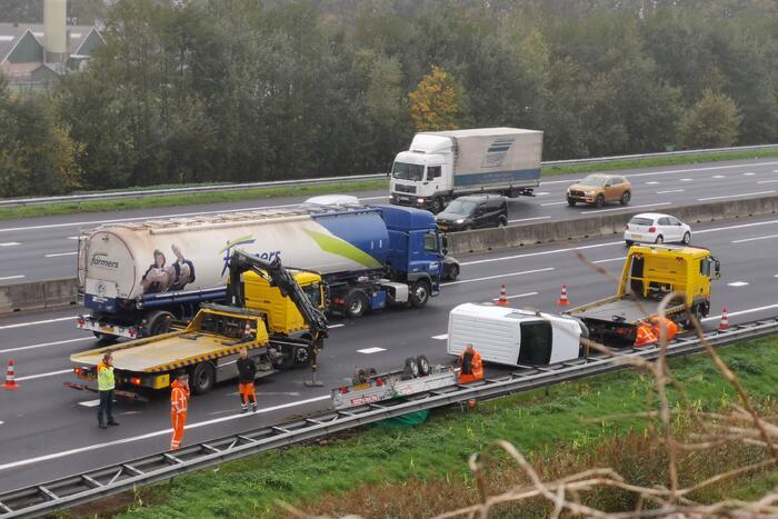 Bestelbus met aanhanger crasht op snelweg