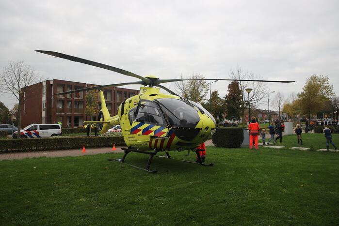 Traumahelikoper landt voor gewond persoon