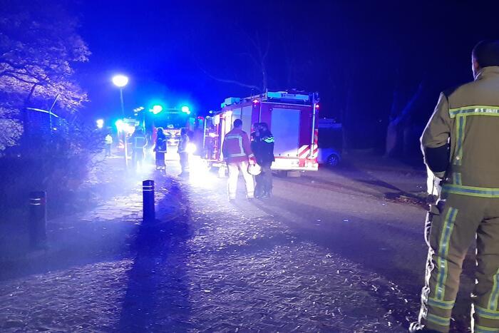 Berg afval in brand achter schoolgebouw