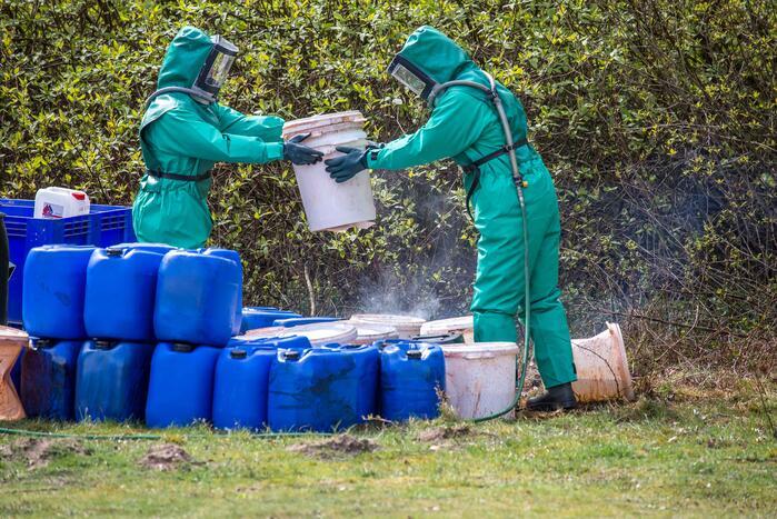 Vaten met chemisch afval aangetroffen langs bospad