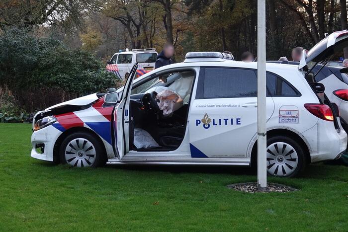 Politieauto belandt in tuin na aanrijding