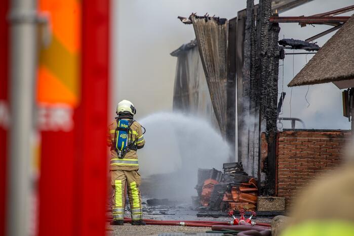 Brand in schuur naast hotel