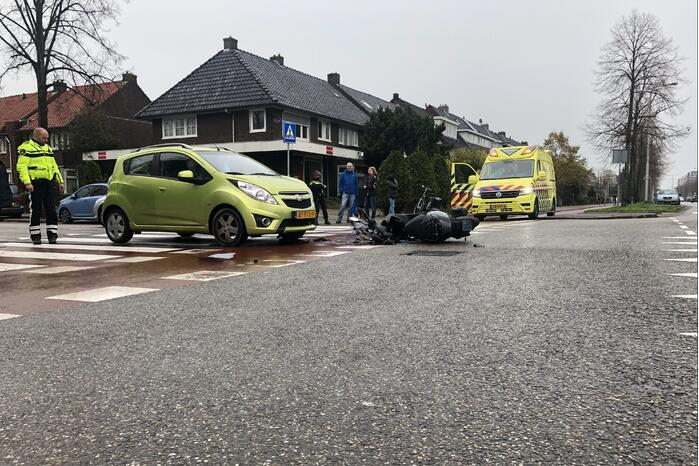 Automobilist ziet overstekende scooterrijder over het hoofd