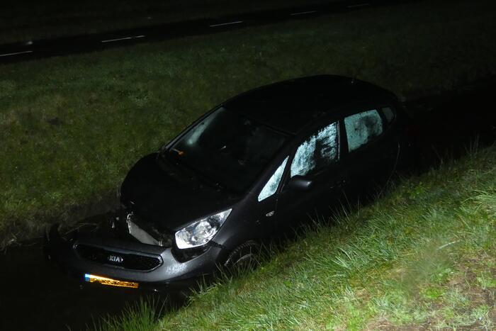 Auto belandt in sloot