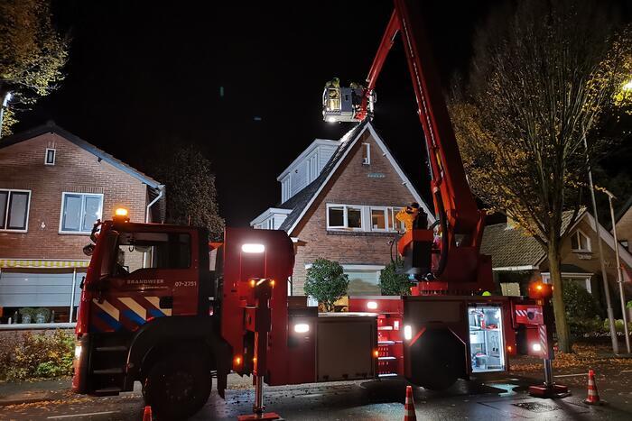 Brandweer veegt brandende schoorsteen