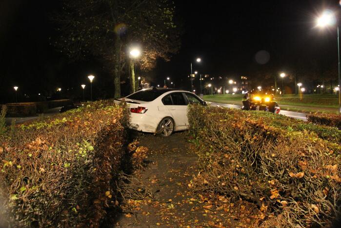 Automobilist verliest macht over het stuur en belandt in struiken