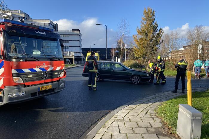 Auto belandt in bosschage na aanrijding